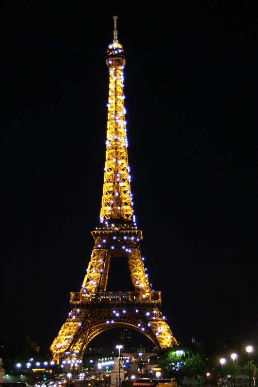 Le Tour Eiffel at night in Paris